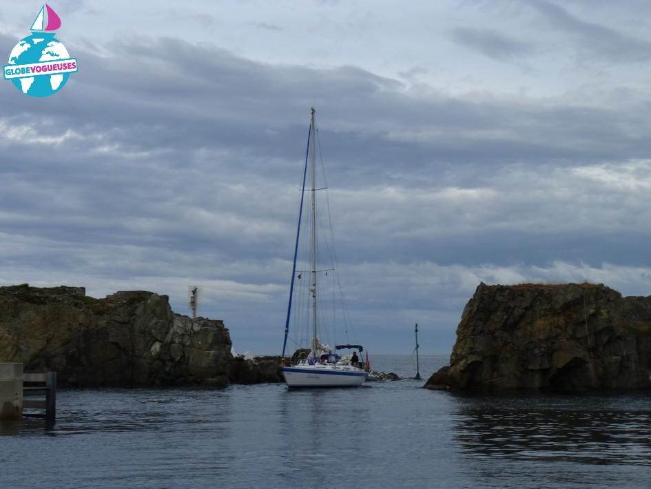 Un bateau dans l'entrée étroite de Beaucette